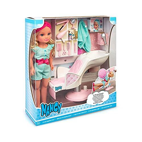 Nancy - Un día de peluquería, Muñeca rubia con pelo rizado, sillón de peluquería y accesorios de belleza y estética, regalo para niñas y niños a partir de 3 años, Famosa, (700016704)
