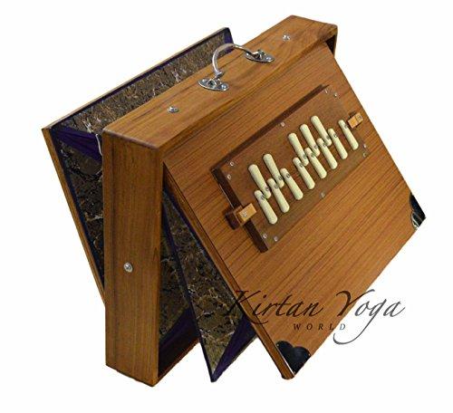 Shruti Box Manoj Kumar Sardar Nr. 2, Konzertqualität, großes Modell 39 x 30 x 8 cm, TEAK Holz, DO 3 bis DO 4 (auch erhältlich in SOL und LA #). 440 Hz-Abstimmung (auch verfügbar in 432 Hz)