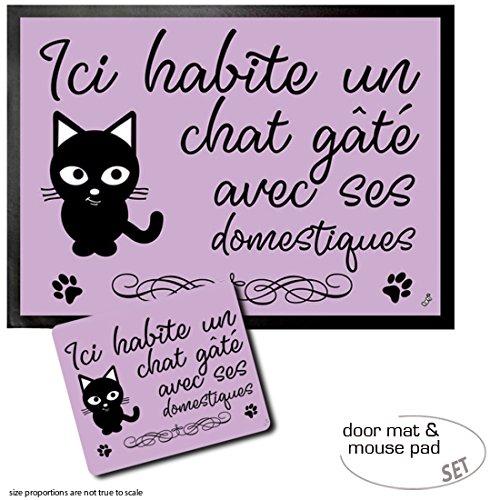 1art1 Katzen, Ici Habite Un Chat Gâté Avec SES Domestiques | Fußmatte Innenbereich und Außenbereich | Design Türmatte (70x50 cm) + Mauspad (23x19 cm) Geschenkset