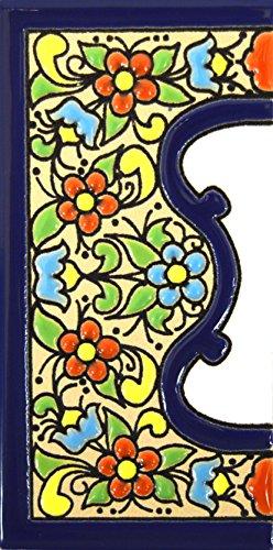 Letreros con numeros y letras en azulejo de ceramica policromada, pintados a mano en técnica cuerda seca para placas con nombres, direcciones y señaléctica. Texto personalizable. Diseño FLORES MEDIANO 10,9 cm x 5,4 cm. (MARGEN 'CENEFA')