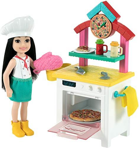 Barbie Chelsea Chef de pizzas Muñeca morena con cocina de juguete y accesorios, para niñas y niños +3 años (Mattel GTN63)
