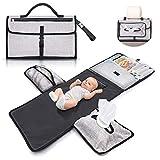 Cambiador de bebé portátil e impermeable XL - Este cambiador de pañales es un bolso desmontable compuesto por 6 bolsillos junto un dispensador de toallitas y un cómodo cojín para la cabeza del bebé.