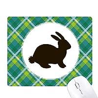 黒ウサギの動物の描写 緑の格子のピクセルゴムのマウスパッド