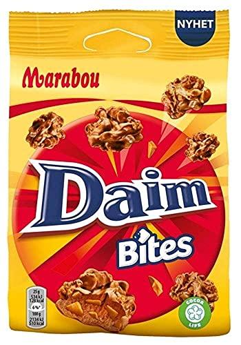Marabou Daim Bites 8 x 140 g – kleiner Snack mit Mandel-Karamell Stückchen, umhüllt von cremig–zarter Schokolade und Cornflakes – knusprige Süßigkeiten, perfekt für unterwegs