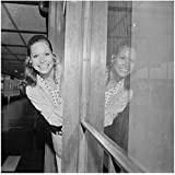 Mary Tyler Moore 8 inch by 10 inch PHOTOGRAPH Mary Tyler Moore The Dick Van Dyke Show Ordinary People B&W Pic from Waist Up Sticking Head Through Doorway kn