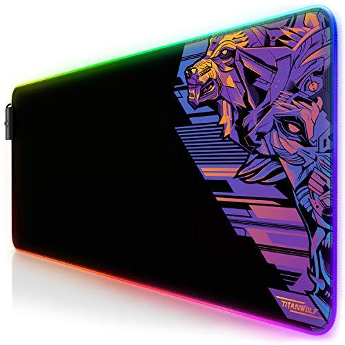 TITANWOLF - RGB Tappetino per Mouse da Gioco XXL - Mouse Pad Gaming - 800x300mm - 11 LED Colori e Effetti di Luce - Precisione e velocità - Lavabile - per Computer PC e Laptop - Vector Retro Purple