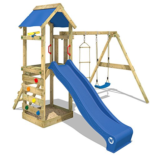 WICKEY Spielturm FreeFlyer - Klettergerüst mit Schaukel, Strickleiter, Sandkasten, Kletterwand und -leiter, blauer Plane und blauer Wellenrutsche