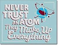 すべてを構成する原子を決して信用しないブリキの看板ヴィンテージ面白い生き物鉄の絵金属板個性ノベルティ