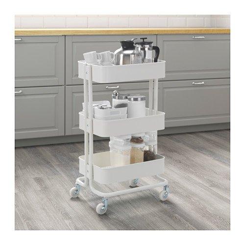 IKEAのキッチンワゴンは、コンパクトなのに収納力抜群。洗剤のほかにもタオルやドライヤーなど、お風呂グッズもまとめて収納できます。