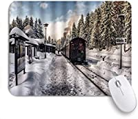MISCERY マウスパッド 冬の自然の風景鉄道駅線路杉の森 高級感 おしゃれ 防水 端ステッチ 耐久性が良い 滑らかな表面 滑り止めゴム底 24cmx20cm