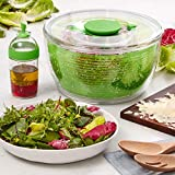 Das zweiteilige Salatzubereitungsset von OXO kombiniert Salatschleuder und Salatdressing-Shaker in einem praktischen Paket Einfache, einhändige Anwendung mit patentiertem Pumpmechanismus und Bremse Weicher, rutschfester und verriegelbarer Knopf zur b...