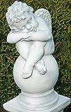 JS GartenDeko Gartenskulptur Deko Statue Engel schlafend auf Kugel Höhe 42 cm Skulptur aus Beton grau patiniert.