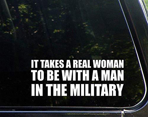 Grappige stickers voor motorfietsen Het kost een echte vrouw om met een man in het militaire raam auto Laptop Stickers voor volwassenen 23 cm
