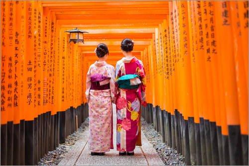 Posterlounge Leinwandbild 100 x 70 cm: Zwei Geishas im Fushimi Inari Schrein von Editors Choice - fertiges Wandbild, Bild auf Keilrahmen, Fertigbild auf echter Leinwand, Leinwanddruck