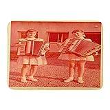 Alfombrillas Alfombras de baño Alfombrilla para exterior / interior Rojo Vintage Zvolen Checoslovaquia Circa 1955 Dos chicas jóvenes que tocan el acordeón 1960 Moda Alfombra de baño Alfombra de baño