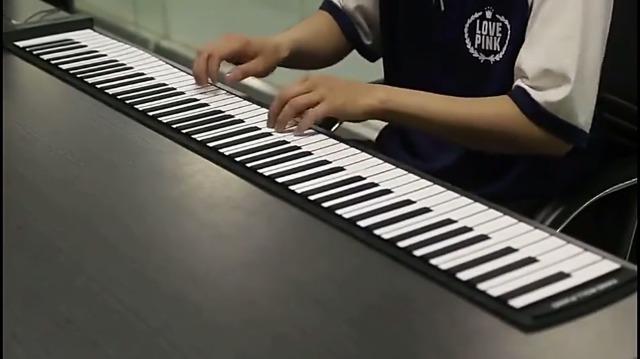 KKTECT Piano enrollable, teclado de piano eléctrico profesional portátil de 88 teclas, teclado de espesamiento de piano recargable con doble altavoz, ...