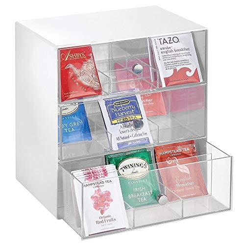 mDesign Aufbewahrungsbox für Teebeutel, Kaffeepads, Zucker usw. – kompakte Teekiste aus Kunststoff mit 27 Fächern – Küchen Organizer mit 3 Schubladen – weiß und durchsichtig