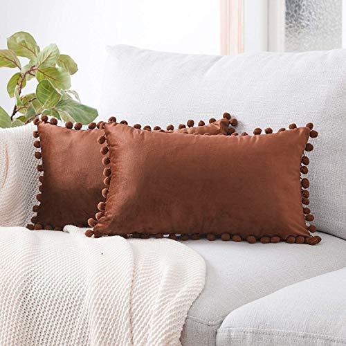 Hande - Juego de 2 fundas de cojín de terciopelo con pompones de un solo color, decorativas, para la oficina o el coche, marrón chocolate, 30 x 50 cm