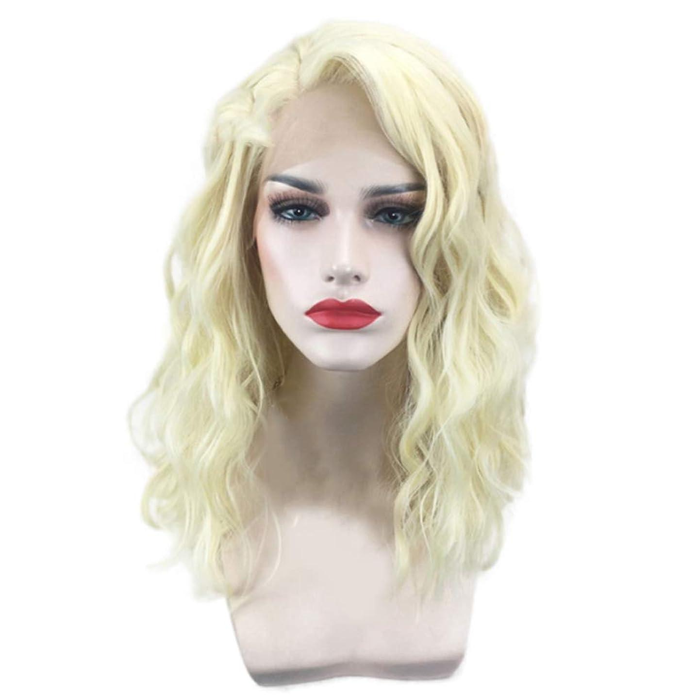 リハーサル常習的放送女性のための短い巻き毛のかつらゴールドウェーブヘアかつら自然に見える耐熱合成ファッションかつらコスプレ気質