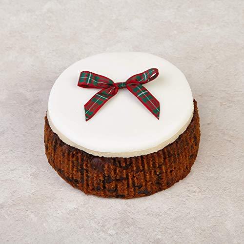 Cakeology Co. Bakery - Pastel de regalo de 10 cm en lata - Pastel de frutas con brandy, decorado a mano con mazapán, glaseado y un lazo de tartán, 325 g