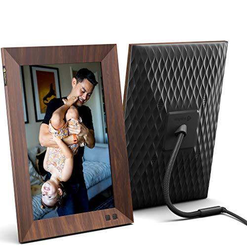 Nixplay Smart Digitaler Bilderrahmen 10.1-Zoll Holzeffekt, Videoclips und Fotos sofort per E-Mail oder App teilen