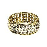 Le bracelet doré attire tous les regards grâce à ses nombreuses pierres brillantes