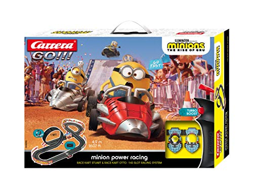 Carrera GO!!! Minion Power Racing Rennstrecken-Set | 4,9m elektrische Rennbahn mit 2 Autos | Handregler, Turboknopf, Streckenteile, Looping | für Kinder ab 5 Jahren & Erwachsene
