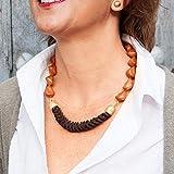 Collana corta di donna con pelle intrecciata a nodi di serpente e pietre di resina. Collana girocollo.Choker Vintage.Pezzi in ottone in oro opaco. Colore marrone cognac.
