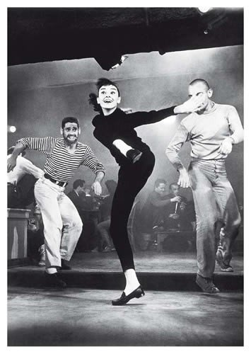 Postkarte A6 +++ SCHWARZ-WEISS von modern times +++ AUDREY HEPBURN DANCING +++ ARTCONCEPT/NEWS