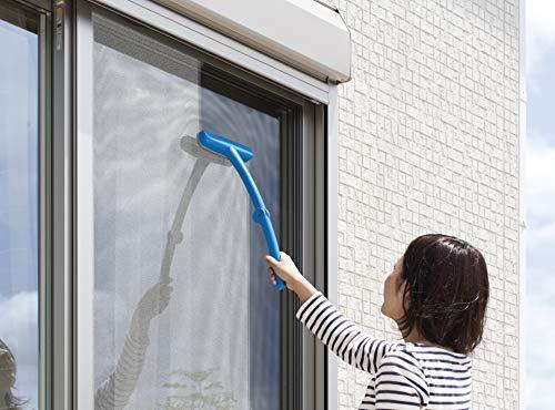 衣服のほこりを絡め取ってくれる、エチケットブラシの技術を応用した網戸のお掃除グッズです。斜めになった細かな毛先が網戸の隙に入り込んで、汚れを落してくれます。緩やかに曲がったアームは、外に出られない場所の網戸の外側をお手入れするときにとっても便利です、