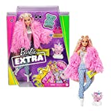 Barbie- Muñeca Extra 3 con un Mullido Abrigo de Peluche Rosa, una Mascota Mezcla de...