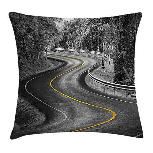 Zwarte en witte decoraties gooien kussensloop, curvy asfalt weg met gele lijn natuur bosbomen, decoratieve vierkante Accent kussensloop, 18 X 18 Inch, houtskool grijze mosterd