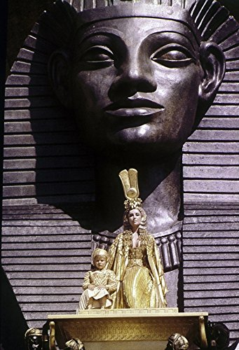 Film still of Elizabeth Taylor in Front of The Sphinx in Cleopatra Photo Print (20,32 x 25,40 cm)