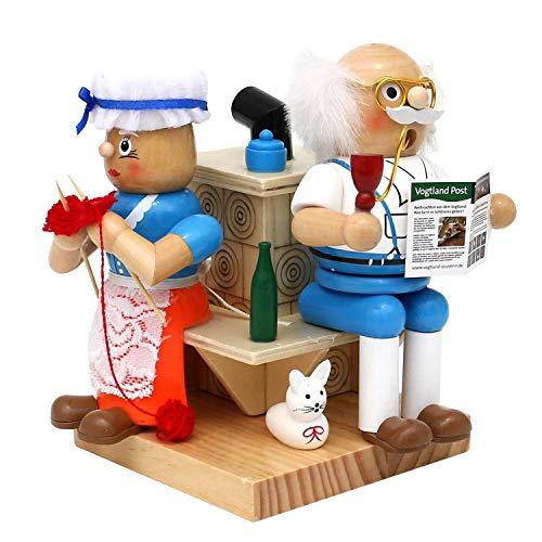 Dekohelden24 Holz Räucherfigur Oma und Opa am Kamin, Maße ca. 13 x 12 x 16 cm, inkl. 1 Packung Oma's Weihnachtsduft Räucherkerzen dazu.