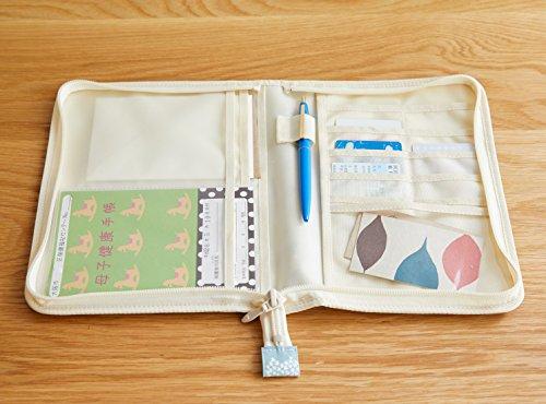 カードポケット×10、通帳・パスポートポケット×4、母子手帳が入る大型ポケット×2、写真サイズのクリアポケット×1、ペンホルダー×1の大容量。マチ幅が2cmあるのでたくさん入れても型崩れしません。
