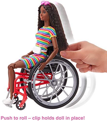 Barbie Fashionista Muñeca afroamericana con silla de ruedas, rampa y accesorios de moda (Mattel GRB94)