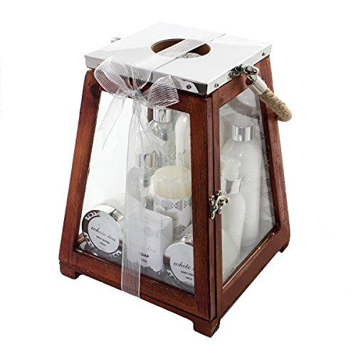 Accentra Badeset Geschenkset für Damen, 8 Wellness- & Wohlfühlprodukte im wohltuenden Duft White Tea & eine Kerze verpackt in einer großen Holzlaterne