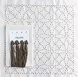 Sashiko | Kit de bordado Japonés | Tela de 68cm x 34cm pre-estampada (30cm x 30cm) | Hilo natural | Aguja | Instrucciones de bordado | Diseño Estrellas | de Delicatela (Beige)