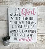 Free Brand Letrero de madera con texto en inglés 'Here sleeps a girl with a head full of magic dreams a heart full of and hands that will shape the world'
