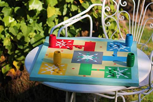 Parchís artesanal de madera, tablero de juego decorativo, con cubiletes y fichas.