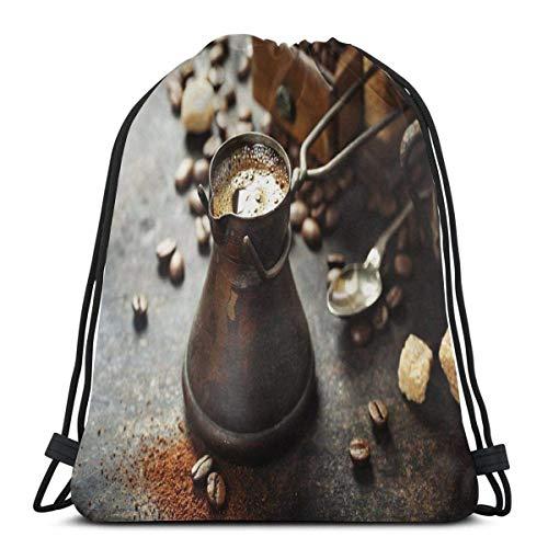 Kordelzug Bapa Taschen Sport Gym Cinch Bag Reisen für Frauen Männer Kinder, alte antike Kaffeekanne und Mühle auf dunklen rustikalen Baground Getränkeherstellung Bild