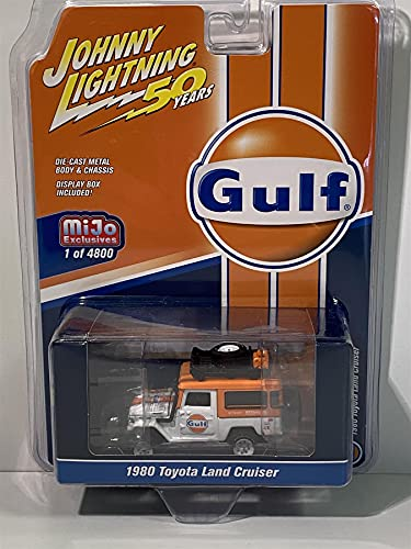 1980 Toyota Land Cruiser Gulf Oil naranja y blanco JL 50 Aniversario Ltd Ed 4800 piezas 1/64 a presión de coche por Johnny Lightning JLCP7238