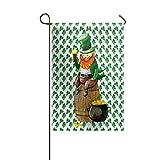 Garden Flag House Banner dekorative Flagge Home Outdoor, Kobolde mit Bier über Weinkübel Goldcoin vierblättriges Kleeblatt Kleeblatt Muster Yard Flag 12 x 18 Zoll