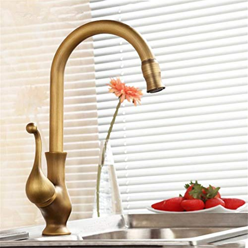 Kraan voor alle kranen van koper in de oude keuken wassen in warm en koud water de planten, wastafel uit één gat van het waterreservoir draaibaar.