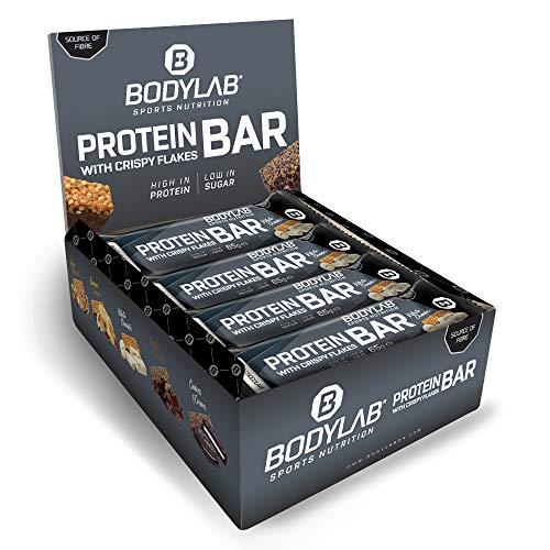 Bodylab24 Crispy Protein Bar 12 x 65g / Protein-Riegel mit 27g Eiweiß pro Riegel / Zuckerarmer Fitness Snack / Knuspriger Eiweißriegel mit vielen Ballaststoffen / Weiße Schokolade