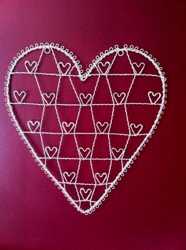 Herzförmige Fotohalterung aus Draht 51 x 56cm Cremefarben