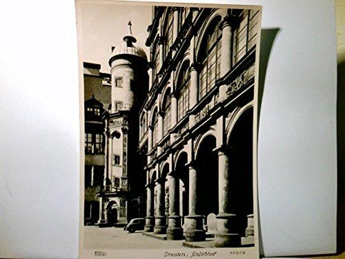 AK Dresden. Schloßhof. Aufnahme vor der Zerstörung 1945. Fotograph Walter Hahn. Gebäudeansicht, Turm , altes Auto