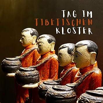 Tag im tibetischen Kloster: Musik mit Glocken und Schalen singen, tiefe Heilmeditation