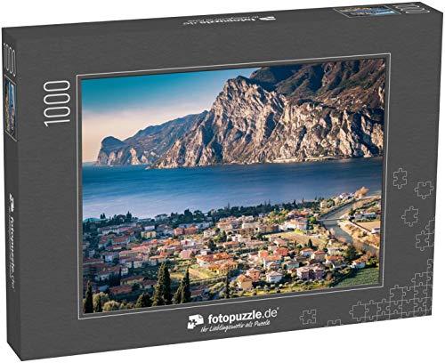 fotopuzzle.de Puzzle 1000 Teile Panorama des wunderschönen Gardasees, umgeben von Bergen in Riva del Garda, Italien (1000, 200 oder 2000 Teile)