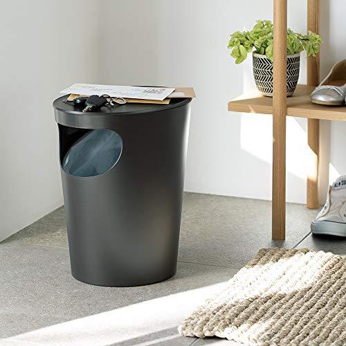 インテリアにもさりげなく溶け込み、おしゃれな雰囲気のサイドテーブル、実はこちらもゴミ箱なんです。内側には袋止めが付いているので、ゴミ袋をしっかりと固定することができます。大きな口で捨てやすく、外からゴミ袋も見えないので生活感も出ずインテリアに馴染みます。